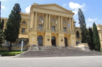 Museu do Ipiranga. Entrada com escadaria que leva à fachada com colunas em estilo clássico.